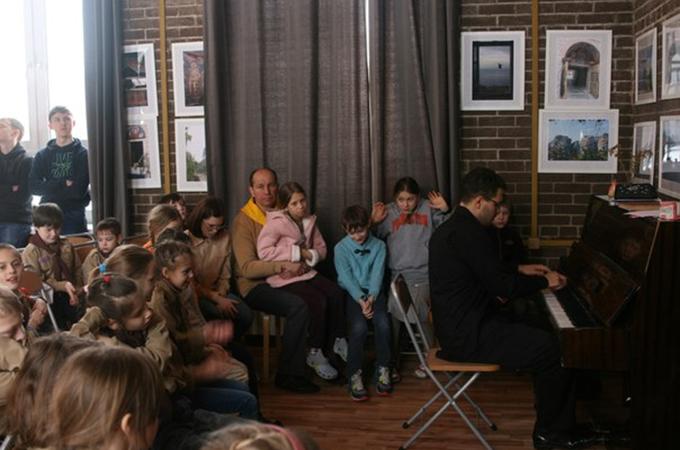 Следующий день начался с общего построения и фортепианного концерта.