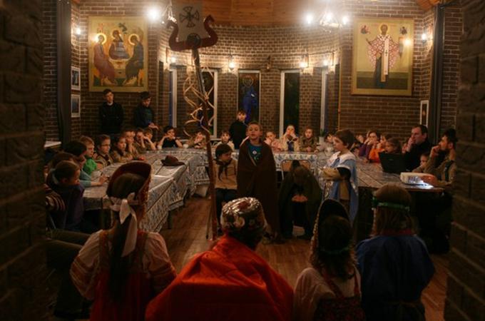 Когда стемнело стая «Китеж град» показала свой спектакль «Царь-Салтан».
