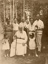 Митрополит Серафим вместе с келейницами и родными на даче в Удельной. 1937 год. Фото: chichagovs.narod.ru