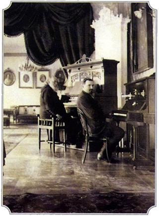 Архиепископ Серафим за фисгармонией и Ю.В. Сергиевский за пианино, Кишенев, 1913 год.