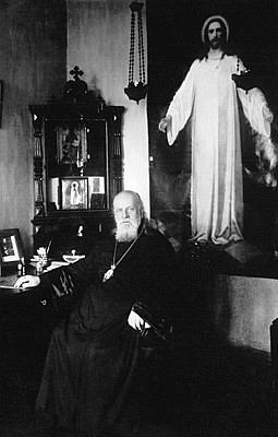 Митрополит Серафим в своём кабинете в Ленинграде на фоне написанной им иконы «Спаситель в белом хитоне»