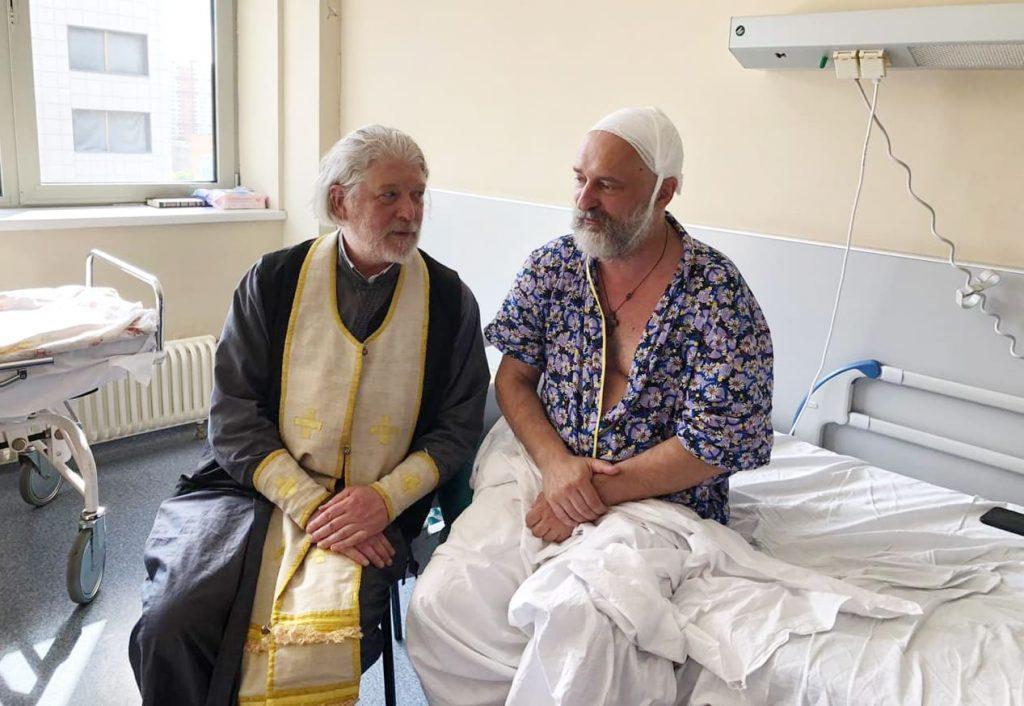 В больнице с протоиереем Алексием Умиским. Фото: Facebook / Вячеслав Перевезенцев