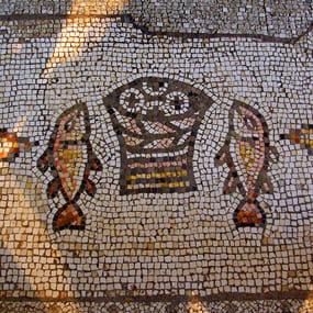 Мозаика в храме умножение хлебов и рыб